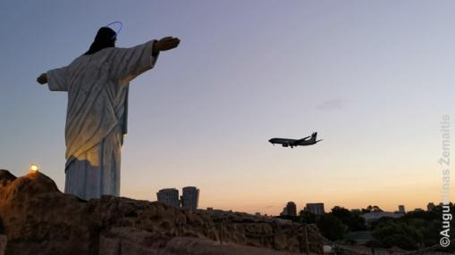 Lėktuvas leidžiasi Buenos Airių Chorchės niuberio oro uoste, esančiame beveik miesto centre. Iš ten - daugelis skrydžių į kitus Argentinos miestus. Priekyje - Kristaus prisikėlimą smbolizuojanti statula Tierra Santa Biblijos tematikos pramogų parke