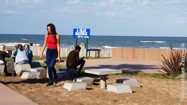 Atstumo iki Malvinų salų ženklas Pinamaro kurorto paplūdimyje