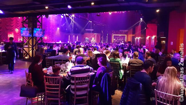 Turtingesnieji su vakariniais drabužiais viename daugelio 'vakarienės šou' su tango pasirodymu