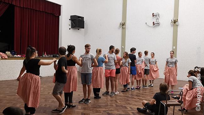 Lietuviškų šokių repetciija šeštadienį Buenos Airių lietuvių centre. Tatinė kultūra Buenos Airėse svarbi ir kiekvienas savaitgalis skiriamas kokiai nors tautinei mažumai, kuri Buenos Airių centrinėje aikštėje gali pristatyti savo maistą, kultūrą, šokius. Tarp jų - lietuviai.