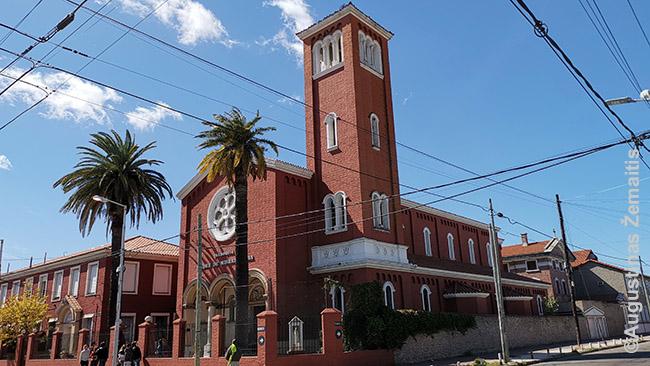 Buenos Airių lietuvių bažnyčia. Kairėje - vienuolynas ir muziejus, dešinėje - mokykla