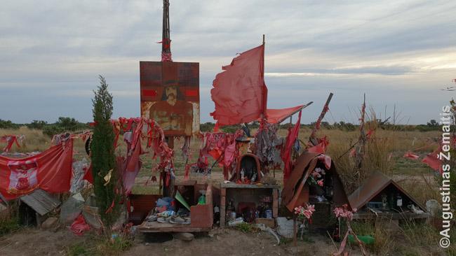 Pakelės šventyklėlės Gaučito Gilui fragmentas