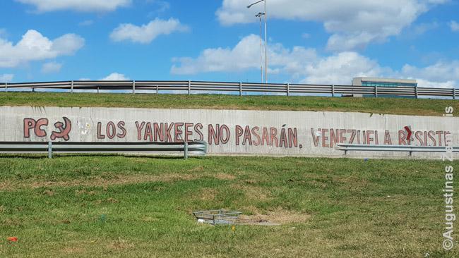 'Jankiai nepraeis - Venesuela, laikykis' skelbia čavistų grafitis Argentinoje