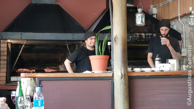 Kepėjai čirškina restorane Asado