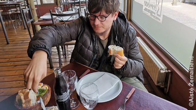 Prieš patiekalą valgau duoną su užtepu