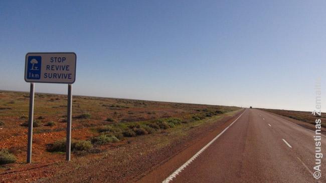 Pakelės aikštelės reklama begaliniame Australijos kelyje