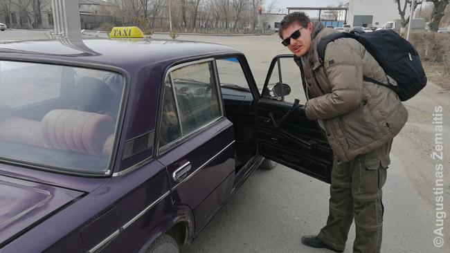 Šalyse, tokiose kaip Kazachija (nuotraukoje) gausu taksistų senais automobiliais, kurie už sąlyginai prieinamą kainą pasiryžę klientus vežioti ilgiau (jei susiderėsite)