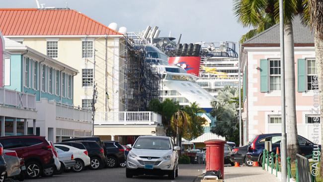 Keli iš karto kruiziniai laivai kyla virš Bahamų sostinės Nasau centro