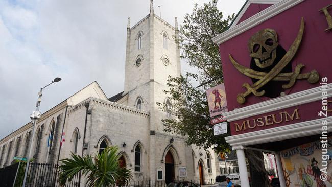 Bahamų sostinės Nasau katedra (kairėje) ir modernus Piratų muziejus