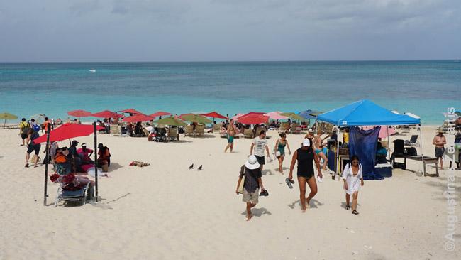 Kopūstų paplūdimys Rojaus saloje. Daugelis įėjimų į jį privatūs (tik viešbučių svečiams), tačiau bent vienas yra atviras visiems. Nors ir prie jo parašyta, neva eiti pašaliniams draudžiama - bet niekas nei tikrina, nei paiso.