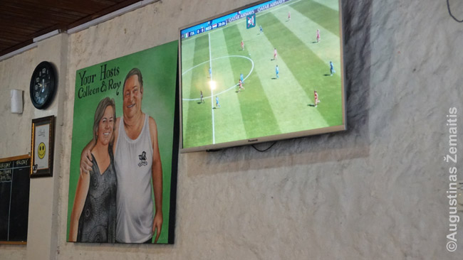 Australų šeimininkų atvaizdai viename Balio restoranų. Ekrane futbolas, bet jis - retas svečias. Dažnesnis australiškas futbolas ar regbis: jautiesi it Australijos smuklėje.