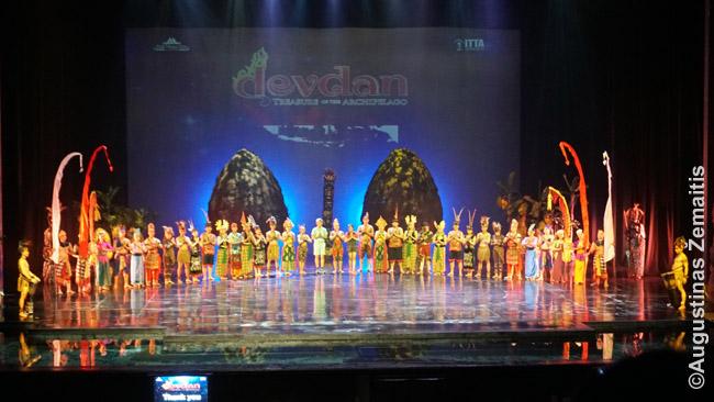 Visi Devdan šou šokėjai scenoje. Jis pristatomas kaip spektaklis, bet iš tikro tai labiau - įstabių indonezietiškų šokių serija. Kokia turtinga šokiais ši šalis!