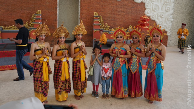 Šiuolaikinė legongo šokėjų apranga (Garuda Višnu Kenčana parkas)