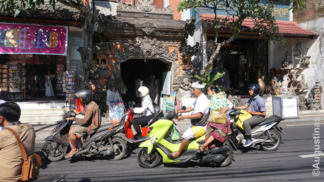 Motociklai lekia pro balietiškus vartus