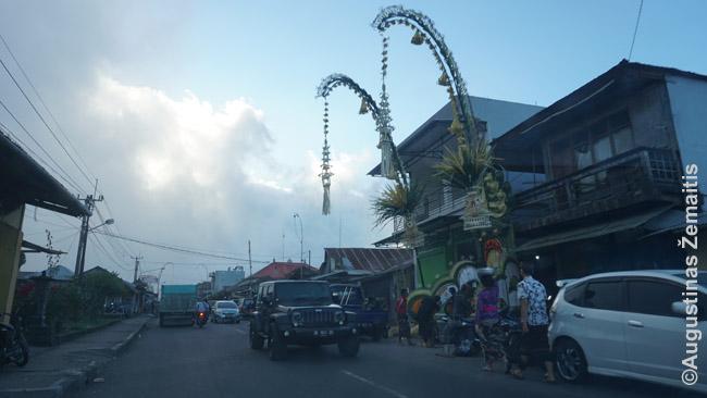 Pandžorai pakelės kaime (dešinėje)