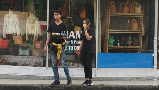 Baliečiai ryte neša aukas, ryšėdami pagarbos diržu, kokį privaloma dėvėti Balio šventyklose. Tai daro ir jaunimas.