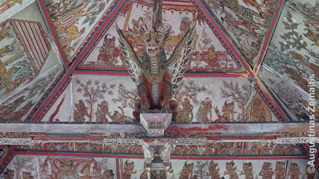 Semarapuros teismo paviljono dekoras. Tiesa, jis perdarytas po Indonezijos nepriklausomybės - senasis sunyko. Daug kas Balyje atrodo seniau, nei yra iš tikrųjų: šiaip ar taip, viskas statoma pagal senovinius stilius