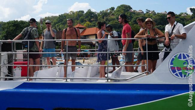 Turistai atplaukia į Balį iš Gilio greituoju laivu