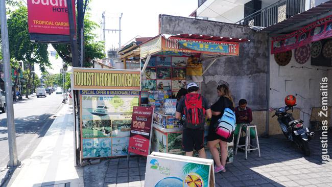 """Tokie """"turizmo informacijos centrai"""", kurių pilna Balio kurortuose - ne kas kita, kaip kelionių agentūros, prekiaujančios ekskursijomis bei kelionėmis į Javą, Gilį ar Lomboką. Tą patį skirtingi pardavinėja už skirtingas kainas: pvz. tuo pačiu laivu plaukęs vokietis už kelionę į Gilį mokėjo 600 000, o mes - 300 000 (nusiderėjome nuo 400 000), kai dar kiti tarpininkai, vėliau matėme, pardavinėjo po 250 000.. Labai svarbu pasieškoti, pasiderėti. Kai ką (ne viską) galima pirkti internete, bet tai neretai brangiau."""