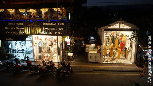 Ubudo gatvė su prabangiom parduotuvėm apačioje ir restoranais viršuje