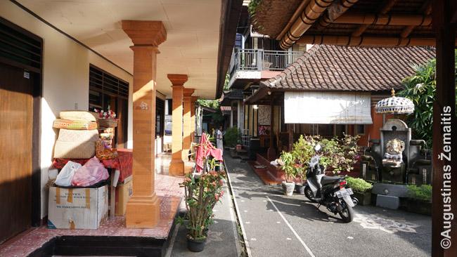 Tradicinio namo kiemas Ubude. Jame pastatytas viešbutis, bet šiaip viskas kaip po senovei: visokie giminės, aukas nešantis 'šeimos galva'