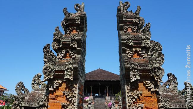Balio šventyklos vartai. Panašūs puošnūs yra ir simboliniai miestų vartai. Ir namų vartai: išsyk už jų – klaidinantys posūkiai: baliečiai mano, kad dvasios ir demonai negali įveikti aštrių kampų ir patekti į tokius namus