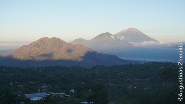 Agungas (užnugaryje) ir Baturas (priekyje)