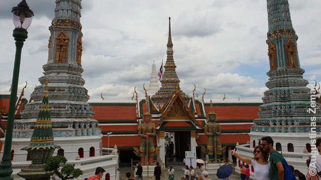 Smaragdinio Budos šventykloje. Tajų šventyklos - ištisi pastatų kompleksai