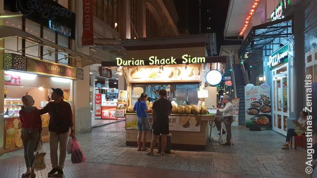 Asiatique labai vakarietiškai pardavinėjami ir durianai, Tailande vadinami vaisių karaliais, bet dėl aštraus kvapo daug kur net uždrausti. Man jų skonis nepatiko.