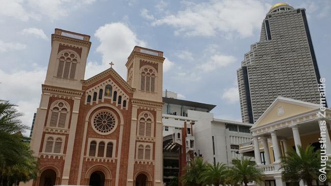 State Tower (dešinėje) ir Bankoko katedra