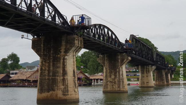 Tiltas per Kvajų Kančanaburyje su iškyšomis turistams stovėti, kai važiuoja traukinys