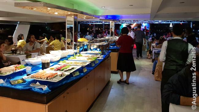 Bufetas vakarienės kruize. Apskritai bufetai siūlomi daug kur Bankoke kaip 'priedas' prie vaidinimo ar kitokių pramogų. Dažniausiai geri bufetai.