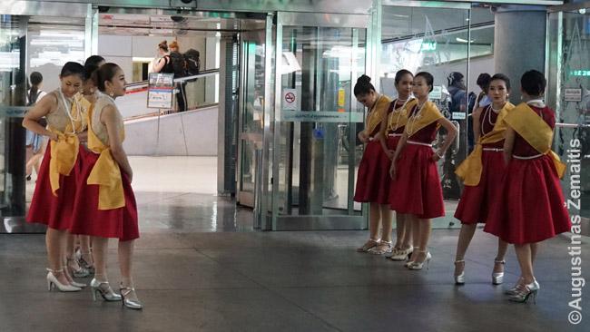 Šios merginos pasitiko visus keleivius Bankoko oro uoste