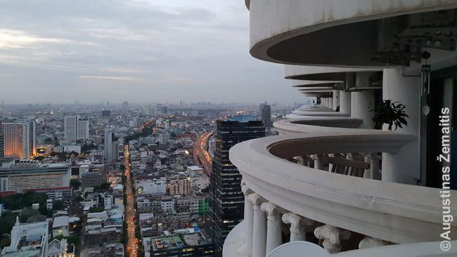 State Tower balkonų eilė iš mūsų balkono - į priekį atsiveriantį vaizdą galite pamatyti pirmojoje šio straipsnio nuotraukoje. Beje, už balkono – vienintelis buto langas: taupant brangią vėsą, Tailande toks išplanavimas įprastas, kad didžioji dalis buto patalpų neturi langų ir net dieną ten būnama su elektra.