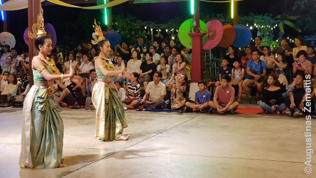 Per patį Siam Niramit negalima fotografuoti, bet, kaip ir daugelyje didesnių Tailando renginių, į jį dar papildomai įeina ir Tailando šokiai prieš vaidinimą, galimybė pasijodinėti drambliais ir t.t.