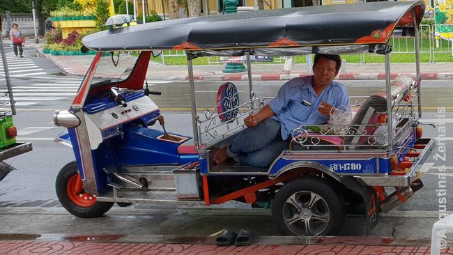 Vienas nuobodžiaujančių tuktukinikų, kalbinusių mus važiuoti su juo. Bet vos pasiūlai normalią kainą, kokią gautum taksi - bemat nusijuokęs atstoja: geriau jau pagulės, nei sutiks turistus vežti už tiek