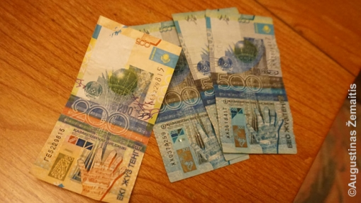 Išsikeitę valiutą, skirtkite kelias minutes įsižiūrėti į banknotus. Ne dėl to, kad neprakištų padirbtų: tiesiog banknotai yra įdomus langas į tą šalį. Jų meniškam apipavidalinimui skiriama daug dėmesio, ant jų yra pavaizduotos svarbiausios šalies vietos ir didvyriai. Nuotraukoje - Kazachijos tengės