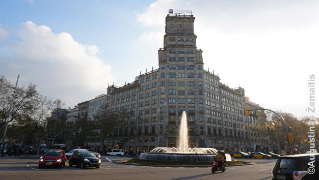 Aukštas pastatas prie tiesiųjų Barselonos gatvių