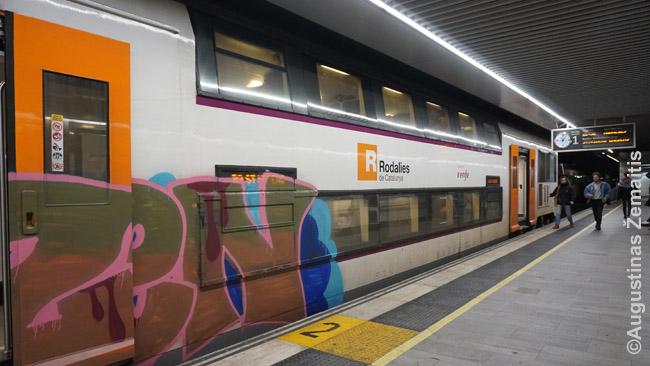 Traukinys Barselonos požeminėje Passeig de Gracia stotyje. Barselona skendi grafičiuose.