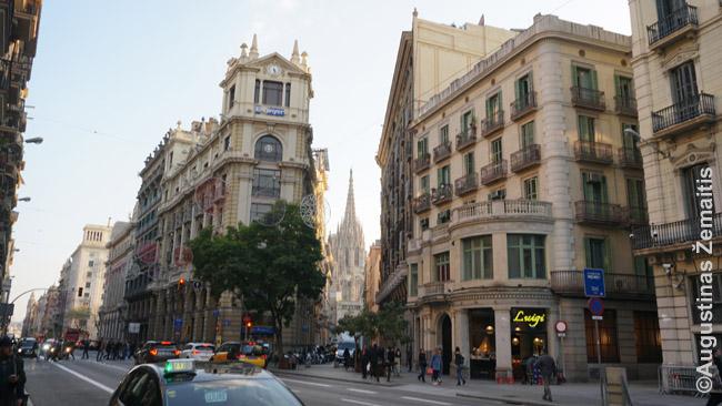 Viename Barselonos bulvarų. Tolumoje matosi katedra