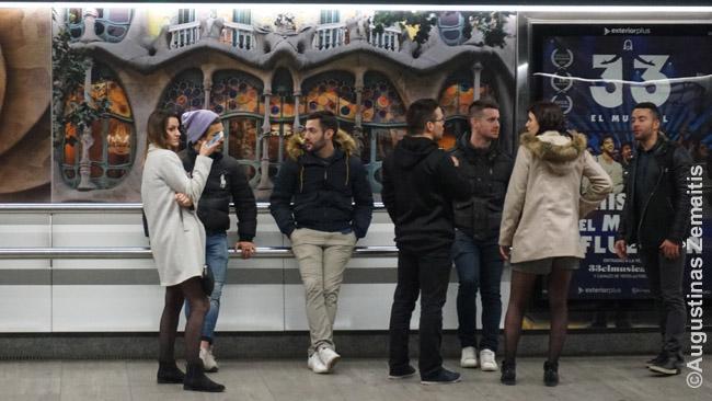 Barselonos metro stotelėje. Už žmonių nugaros - Gaudžio architektūros nuotrauka
