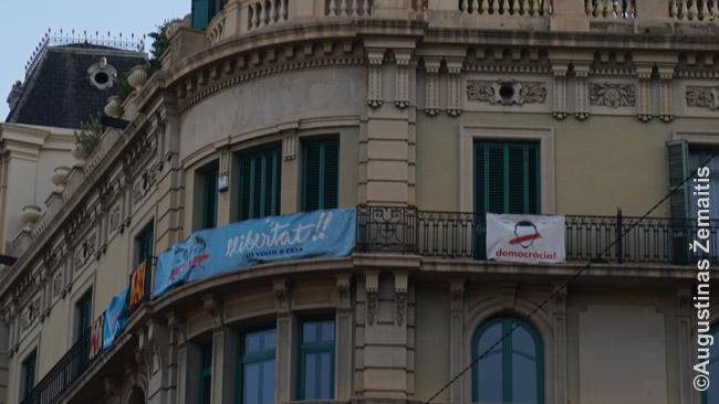 Politiniai atsišaukimai viename Barselonos balkonų