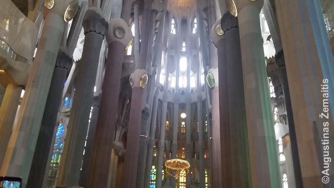 Gaudžio projektuotos Šv. Šeimynos bažnyčios vidus Barselonoje