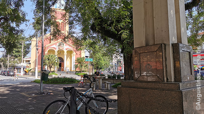 Vila Zelinos Lietuvos Respublikos aikštėje. Dešinėje - Lietuvos Laisvės paminklo postamentas