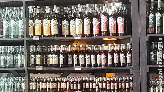 Kašasos buteliai jos varyklos parduotuvėje