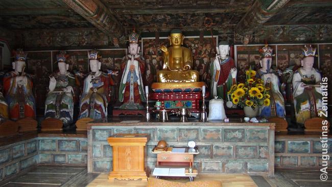 Sėdintis Buda apsuptas mokinių (arhatų) Pietų Korėjoje