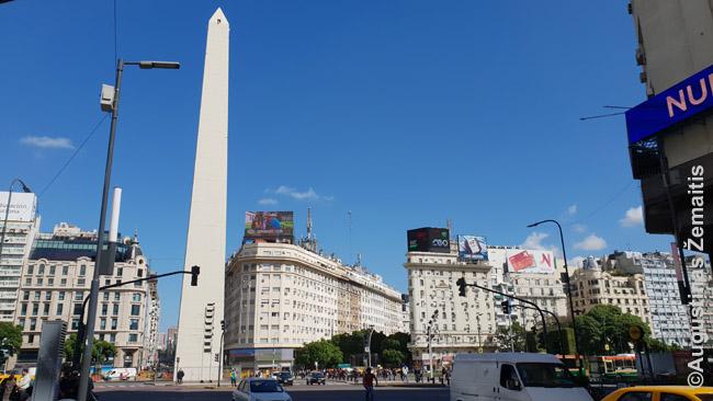 Kertama 9 de Julio gatvė ties obelisku