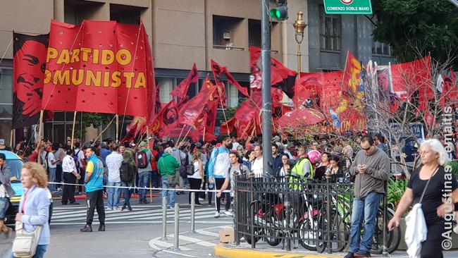 Komunistų protestas. Protestai paprastai būna arba stovimi, arba - dažniau - žygiuojami, kai būtys žmonių suka ratus kokiomis gatvėmis ir net per televiziją rodo, kur jie tuo metu yra