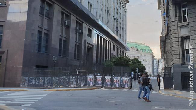 Nuolatinė tvorelė kerta gatves link Casa Rosada - belieka policijai užkirsti paskutinį atvirą priėjimą ir joks protestas artyn neprieis