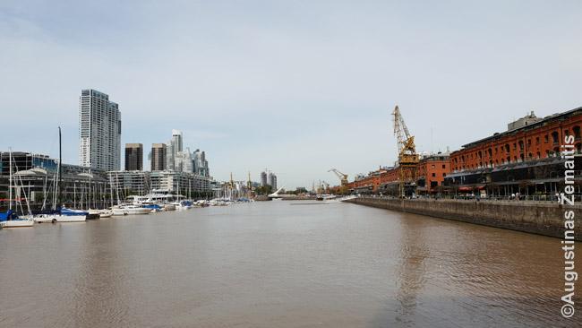 Puerto Madero. Dešinėje - brangiems restoranams pritaikyti seni uosto sandėliai. Kairėje - nauji dangoraižiai.